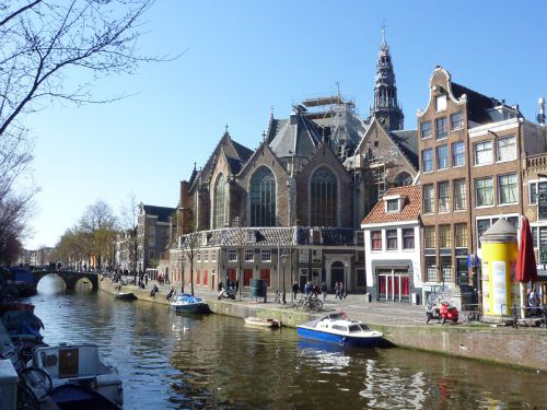 Oude Kerk in Amsterdam. Es ist das älteste Gebäude in Amsterdam und eine Oase des Lichts, des Raums und der Ruhe. Buchen Sie einen privaten Stadtrundgang über das alte und neue Amsterdam, über Architektur und Geschichte.